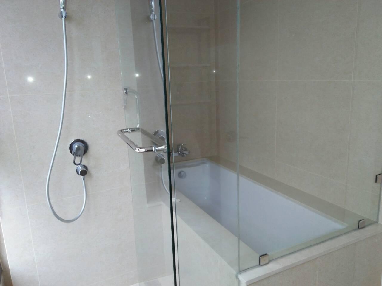 2 Bedrooms Condo, Shang Salcedo Place Bathroom View 3