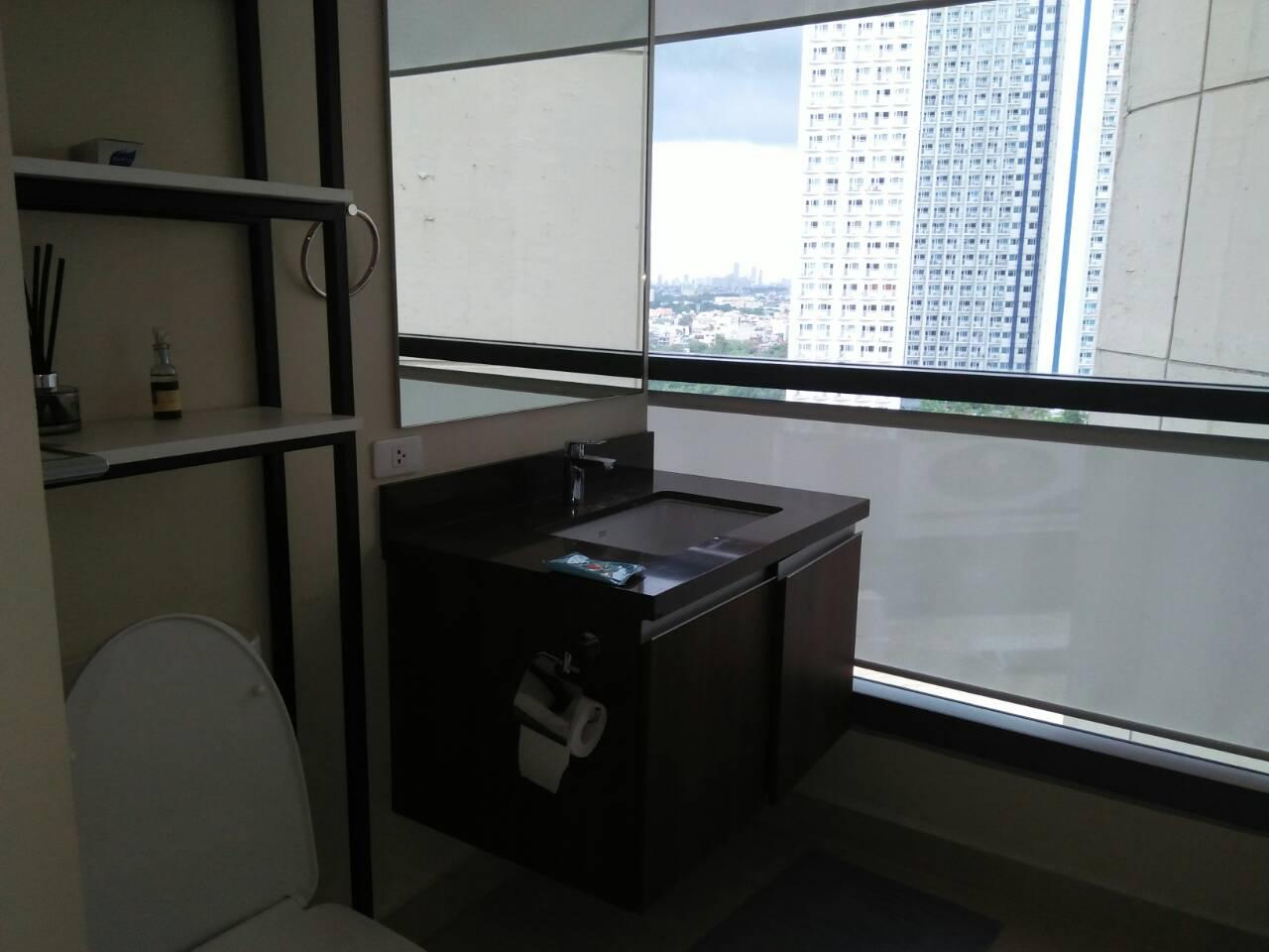 2 Bedrooms Condo, Shang Salcedo Place Bathroom View 2